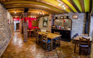 Casa Cruz Boltaña nuestra Casa Rural en Boltaña - Salón para compartir desayunos y tardes lluviosas